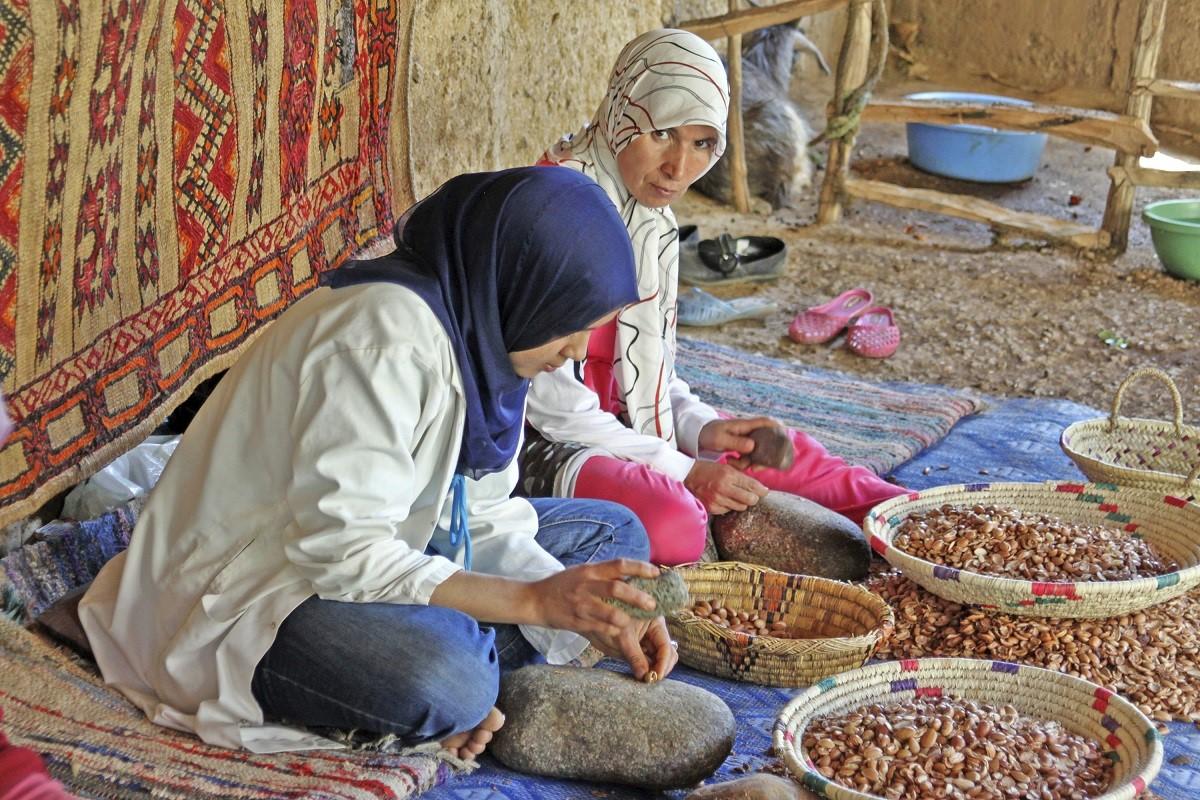 Femme produisant de l'huile d'argan