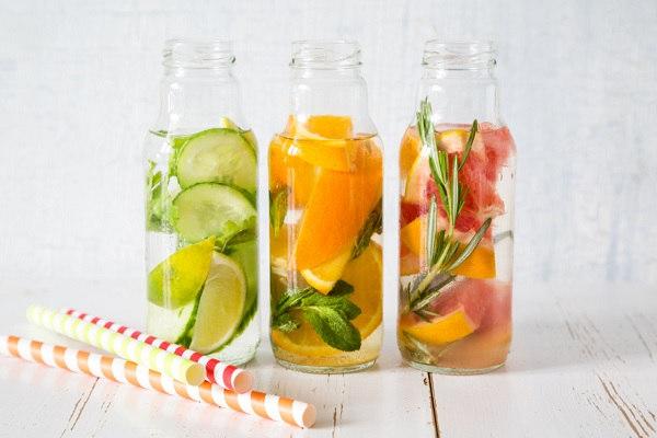Recettes d'eaux détox aux fruits