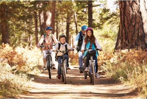 famille qui fait du vélo dans la nature