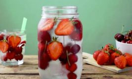 Eau détox fraises et cerises