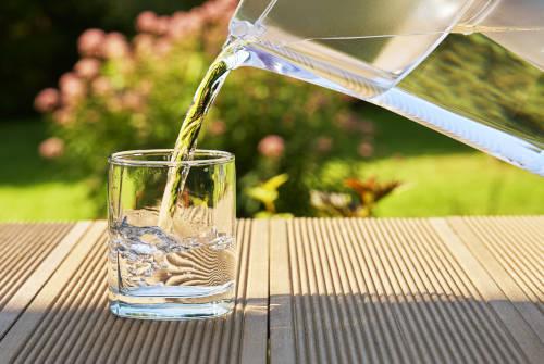 Il est recommandé de boire de l'eau tout au long de la journée pour veiller à une bonne hydratation de l'ensemble du corps