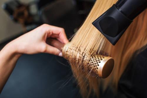 La chaleur nocive pour les cheveux gras